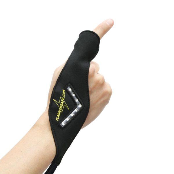 Es gibt einen linken und einen rechten Handblinker. Die Pfeilspitzen müssen immer nach außen zeigen! • Ziehen Sie die Schlaufe über den Zeigefinger.