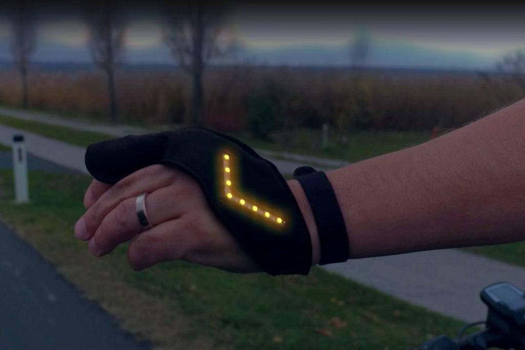 Hand trägt den leuchtenden flash2bsafe Handschuh.