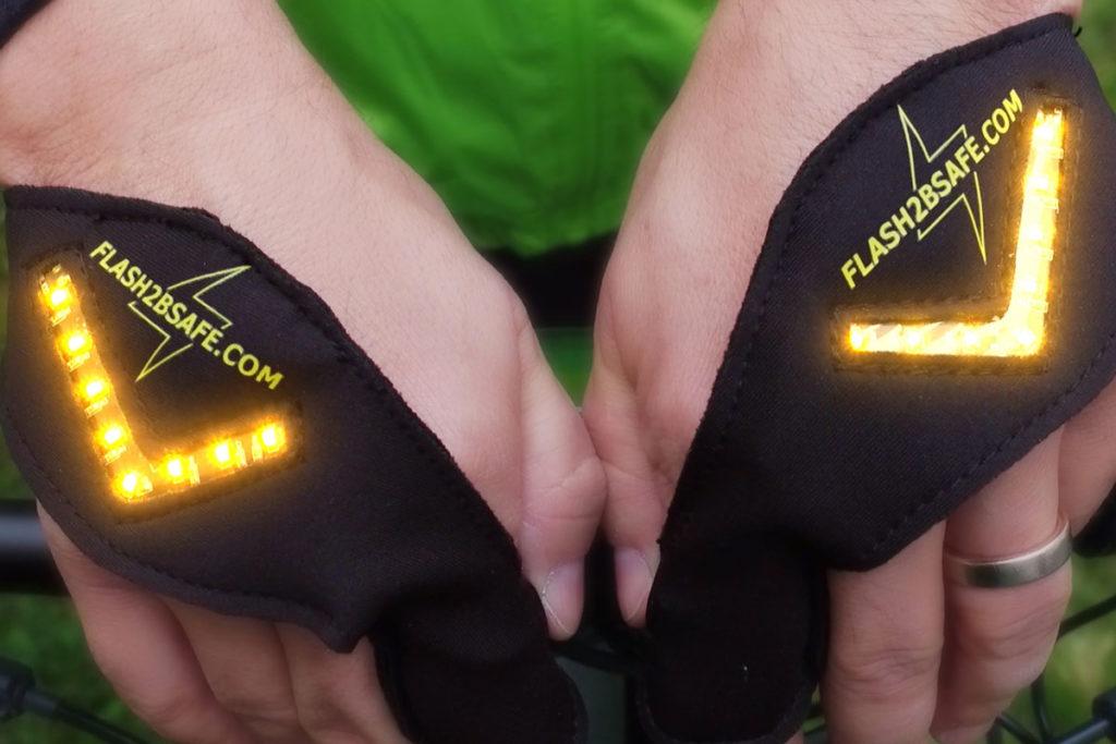 Zwei Hände tragen den leuchtenden flash2bsafe Handschuh.